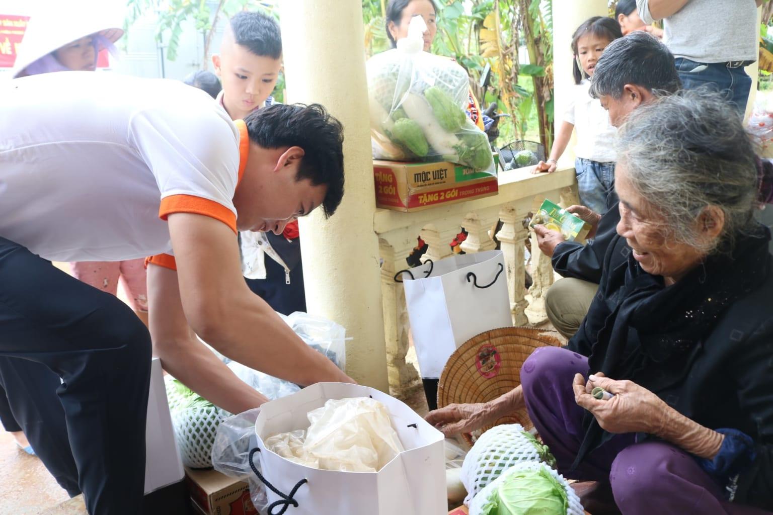 Công ty Nanofrance gửi các vật dụng cứu trợ tận tay người dân