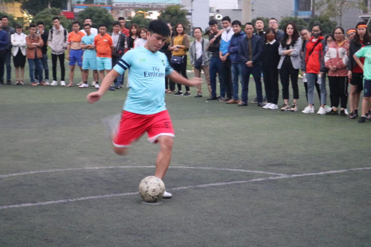 Hai đội bước vào lượt thi  đá Penalty