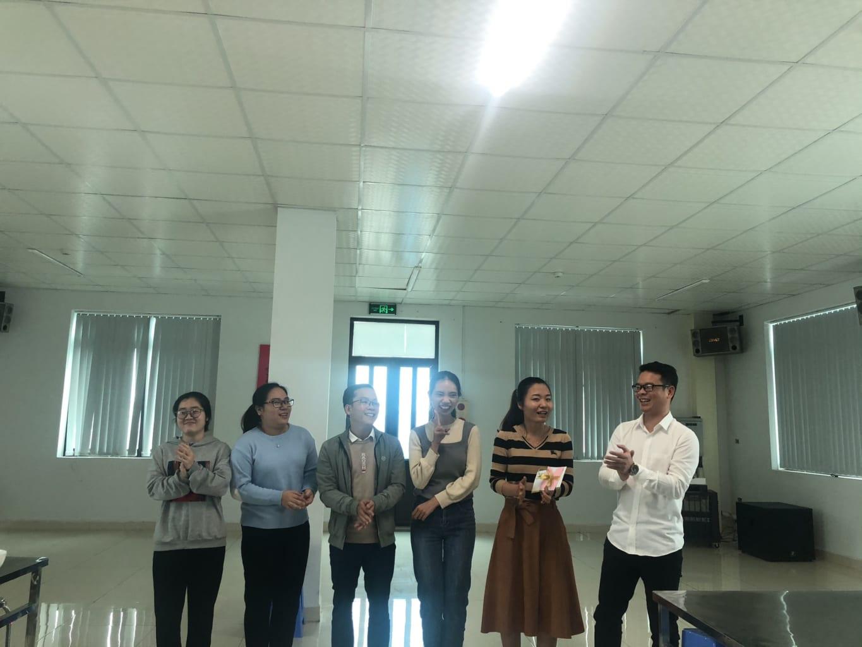 Ban lãnh đạo công ty trao giải nhất cho Team R&D