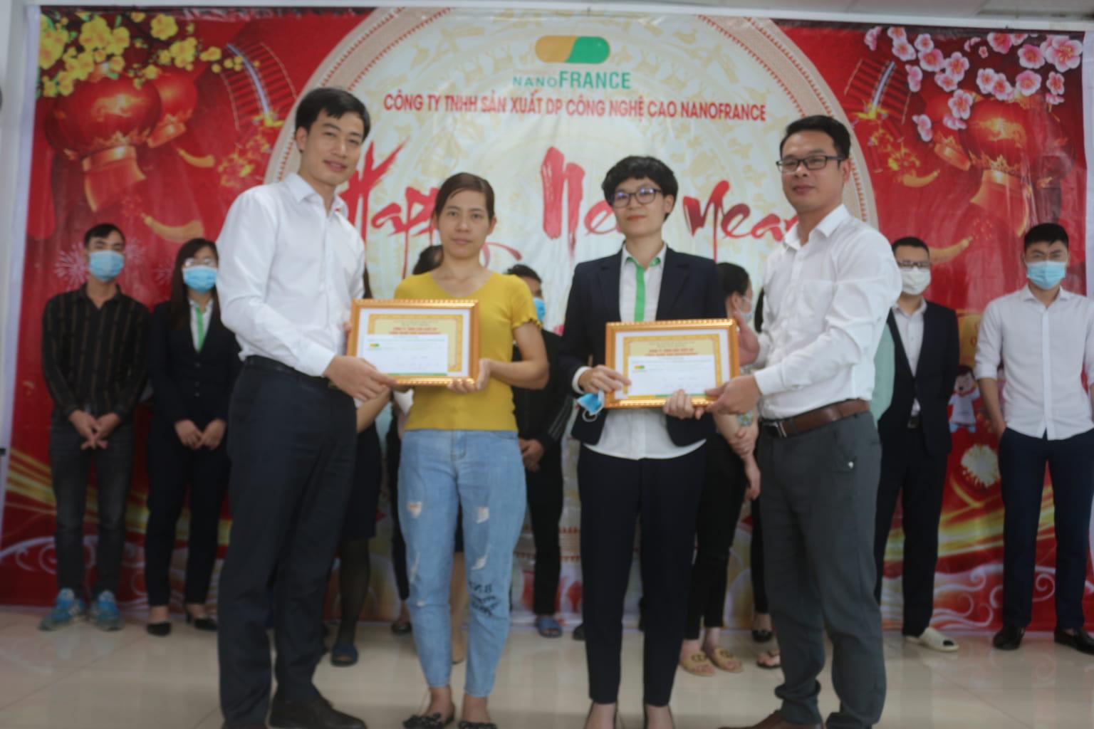 cán bộ công nhân viên  lần lượt lên nhận phần thưởng và bằng khen