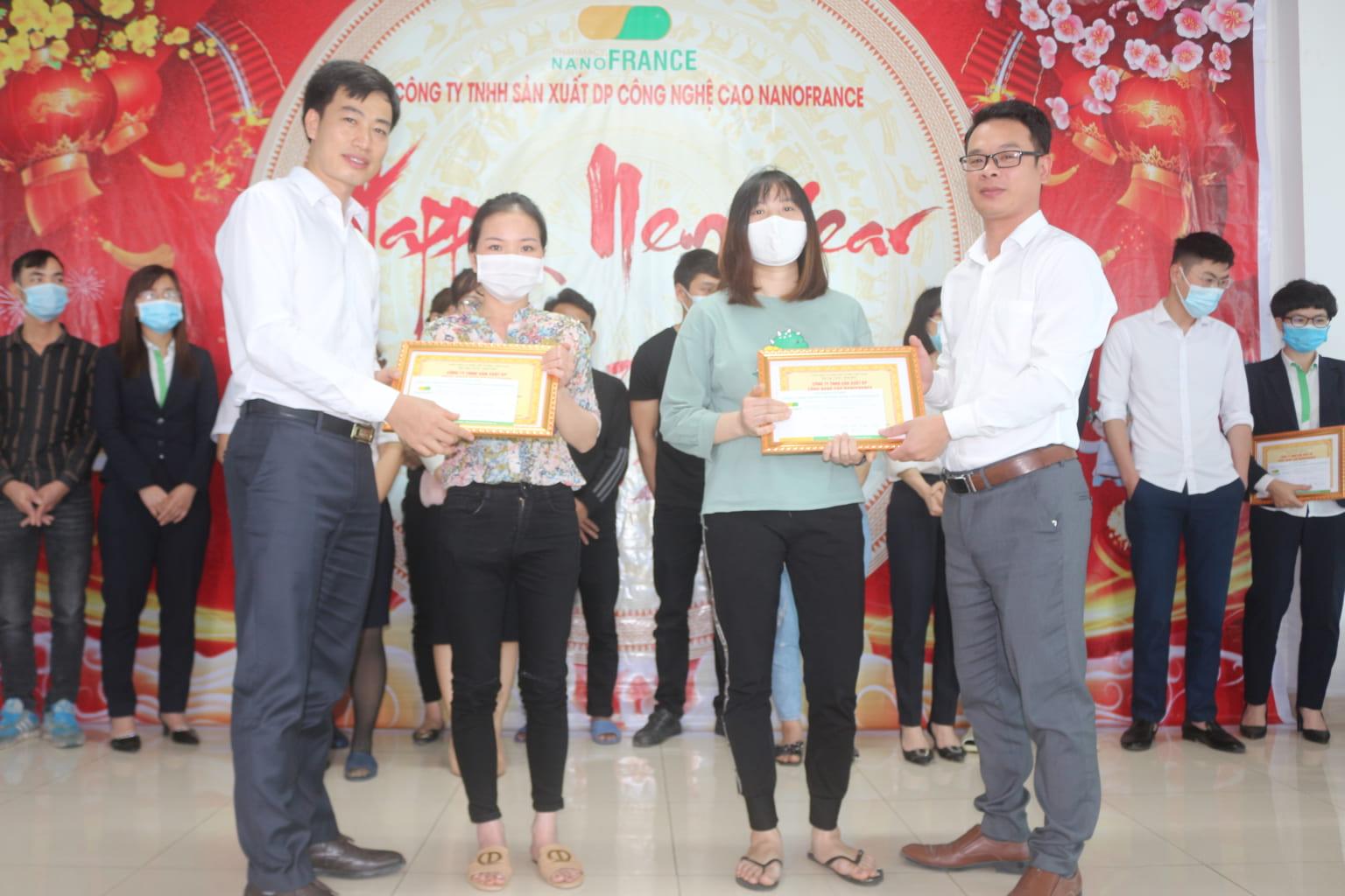 cán bộ công nhân viên xuất sắc lần lượt lên nhận phần thưởng và bằng khen.