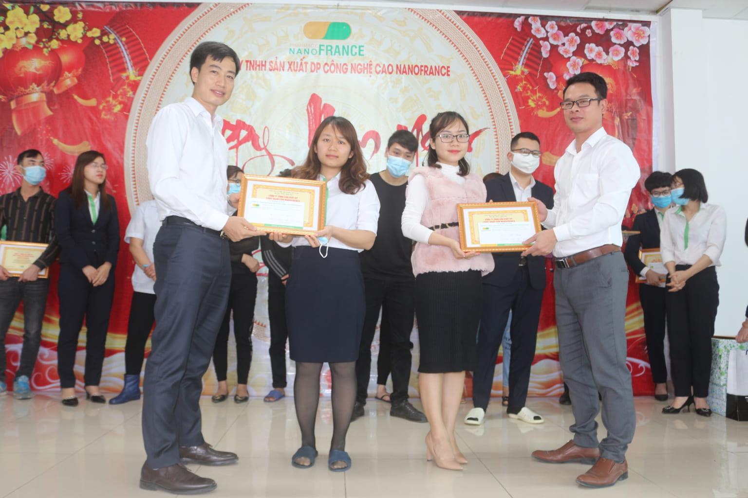 Cán bộ công nhân viên xuất sắc lần lượt lên nhận phần thưởng và bằng khen...