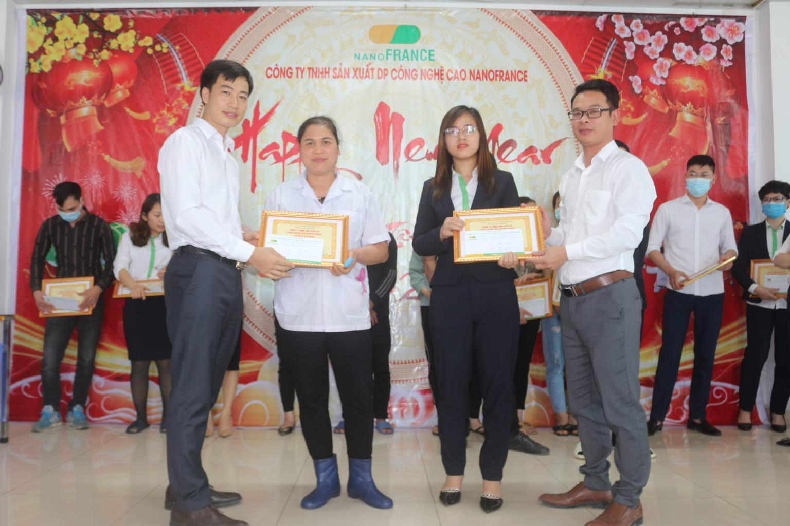 Cán bộ công nhân viên xuất sắc lần lượt lên nhận phần thưởng và bằng khen,