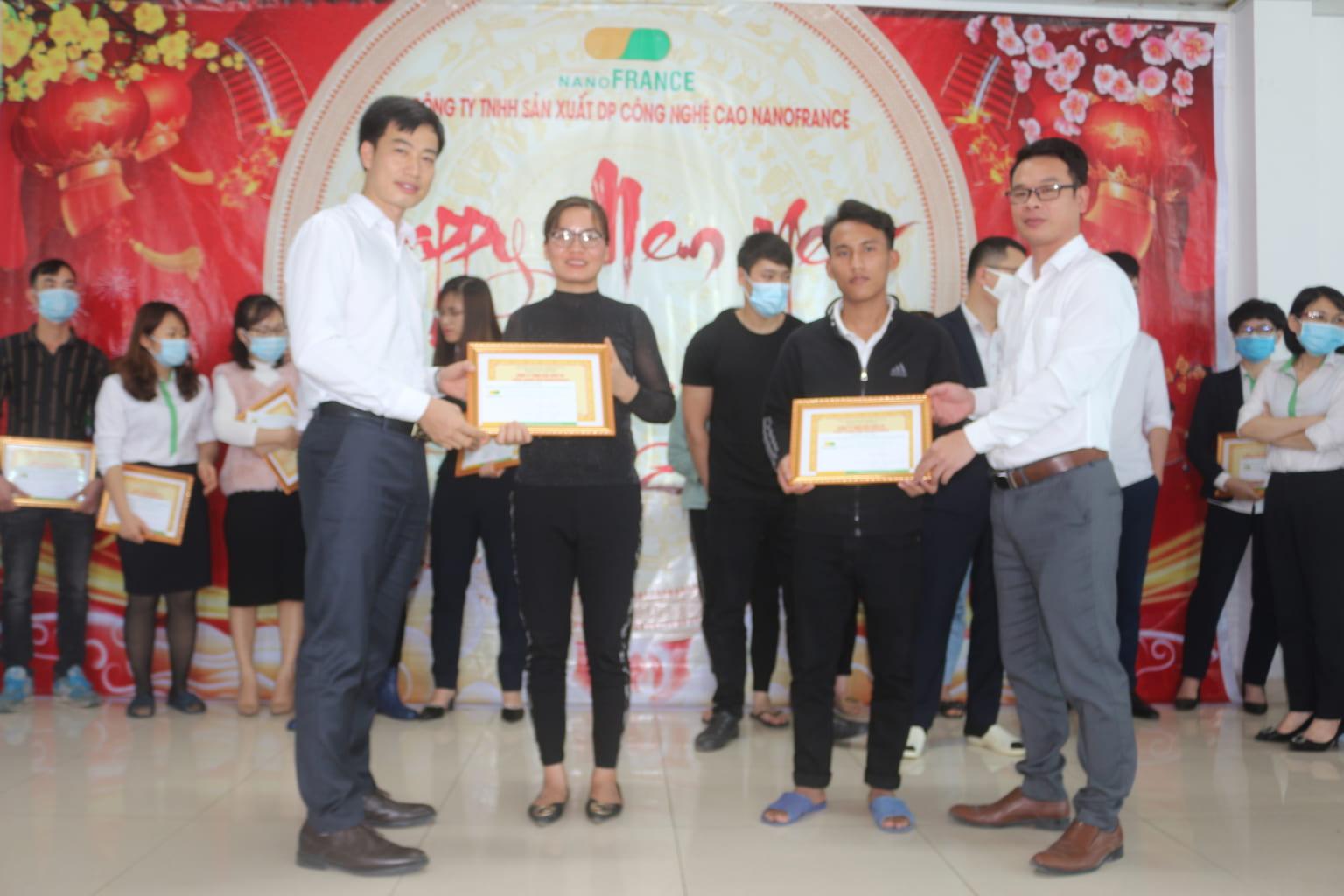 Cán bộ công nhân viên xuất sắc lần lượt lên nhận phần thưởng và bằng khen,,